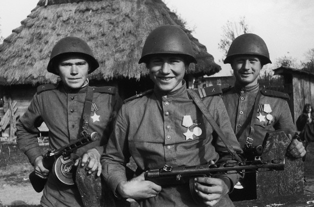ca. 1941-1945, USSR --- Three Soviet soldiers on Russian Front. --- Image by © Dmitri Baltermants/The Dmitri Baltermants Collection/Corbis